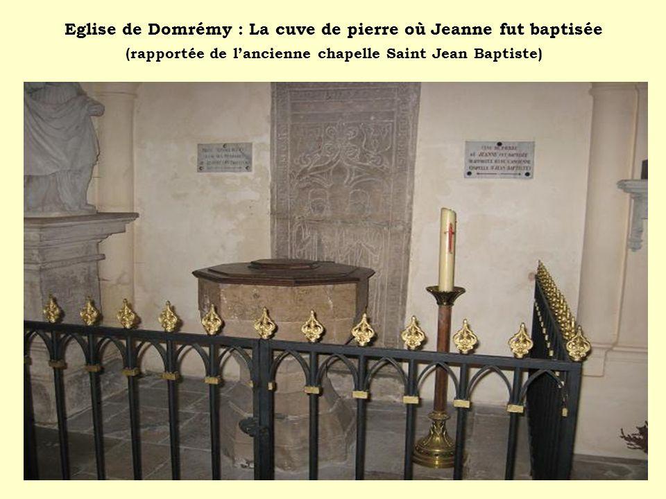 Eglise de Domrémy : La cuve de pierre où Jeanne fut baptisée (rapportée de l'ancienne chapelle Saint Jean Baptiste)