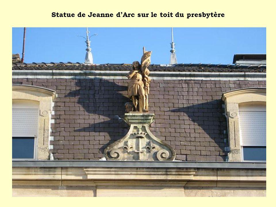 Statue de Jeanne d'Arc sur le toit du presbytère