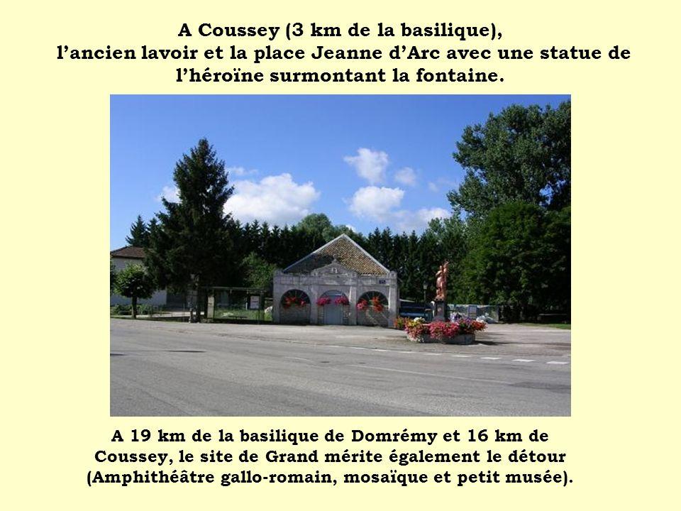 A Coussey (3 km de la basilique), l'ancien lavoir et la place Jeanne d'Arc avec une statue de l'héroïne surmontant la fontaine.