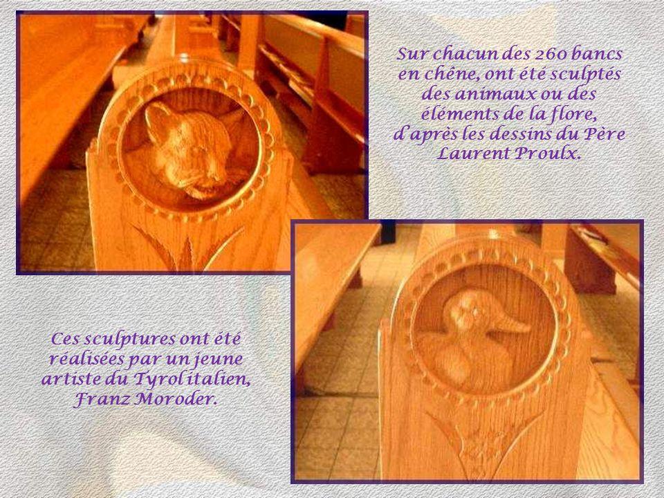 Sur chacun des 260 bancs en chêne, ont été sculptés des animaux ou des éléments de la flore, d'après les dessins du Père Laurent Proulx.