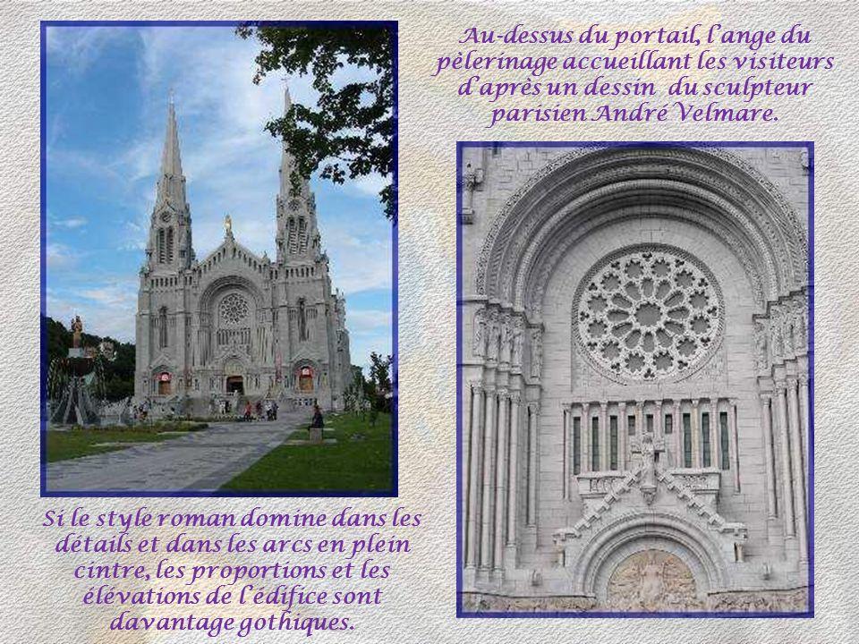 Au-dessus du portail, l'ange du pèlerinage accueillant les visiteurs d'après un dessin du sculpteur parisien André Velmare.