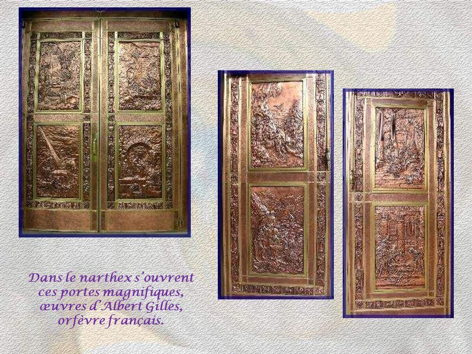 Dans le narthex s'ouvrent ces portes magnifiques, œuvres d'Albert Gilles, orfèvre français.