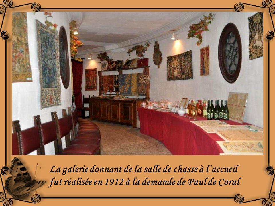 La galerie donnant de la salle de chasse à l'accueil fut réalisée en 1912 à la demande de Paul de Coral