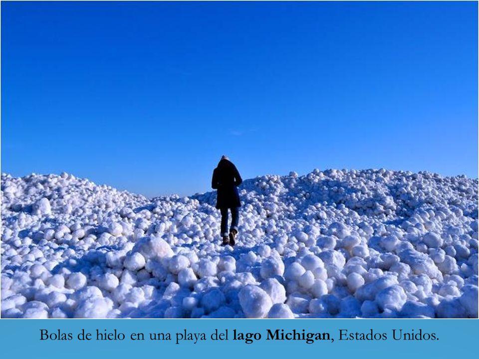 Bolas de hielo en una playa del lago Michigan, Estados Unidos.