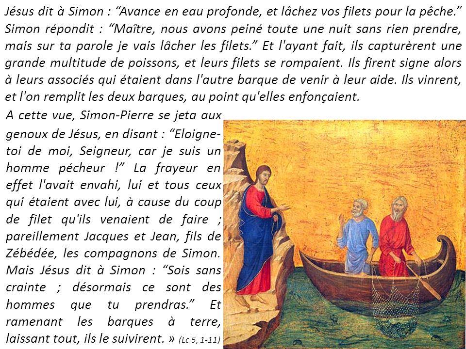 Jésus dit à Simon : Avance en eau profonde, et lâchez vos filets pour la pêche. Simon répondit : Maître, nous avons peiné toute une nuit sans rien prendre, mais sur ta parole je vais lâcher les filets. Et l ayant fait, ils capturèrent une grande multitude de poissons, et leurs filets se rompaient. Ils firent signe alors à leurs associés qui étaient dans l autre barque de venir à leur aide. Ils vinrent, et l on remplit les deux barques, au point qu elles enfonçaient.