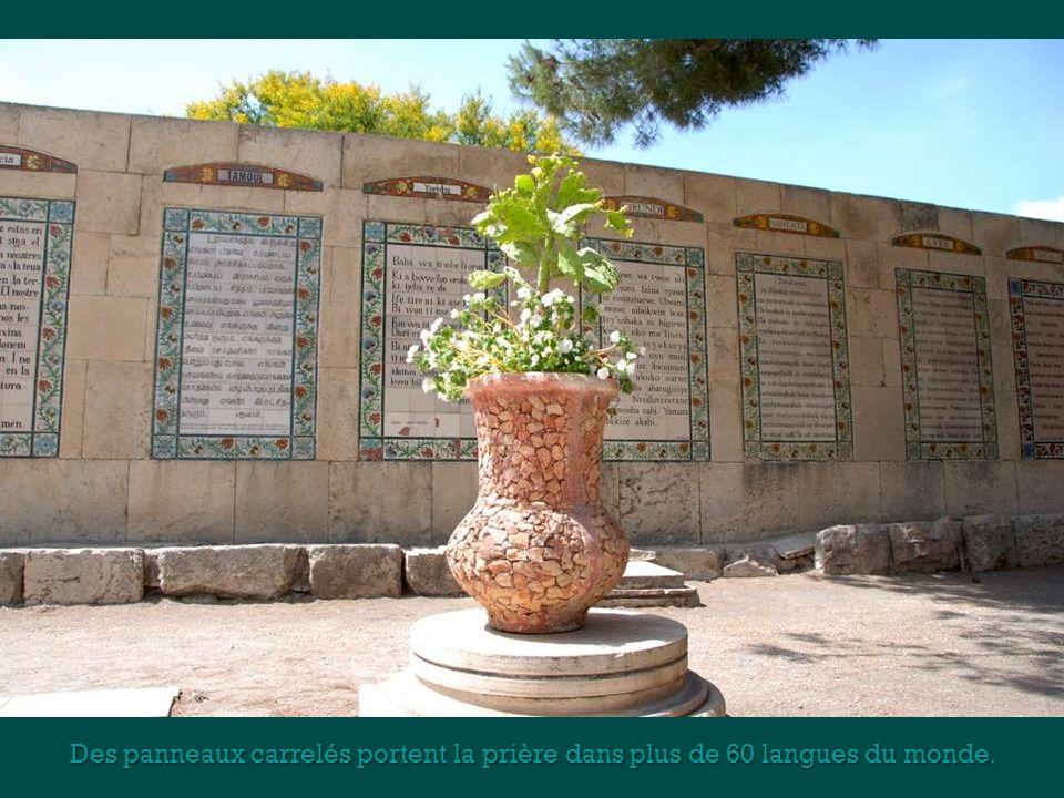 Des panneaux carrelés portent la prière dans plus de 60 langues du monde.