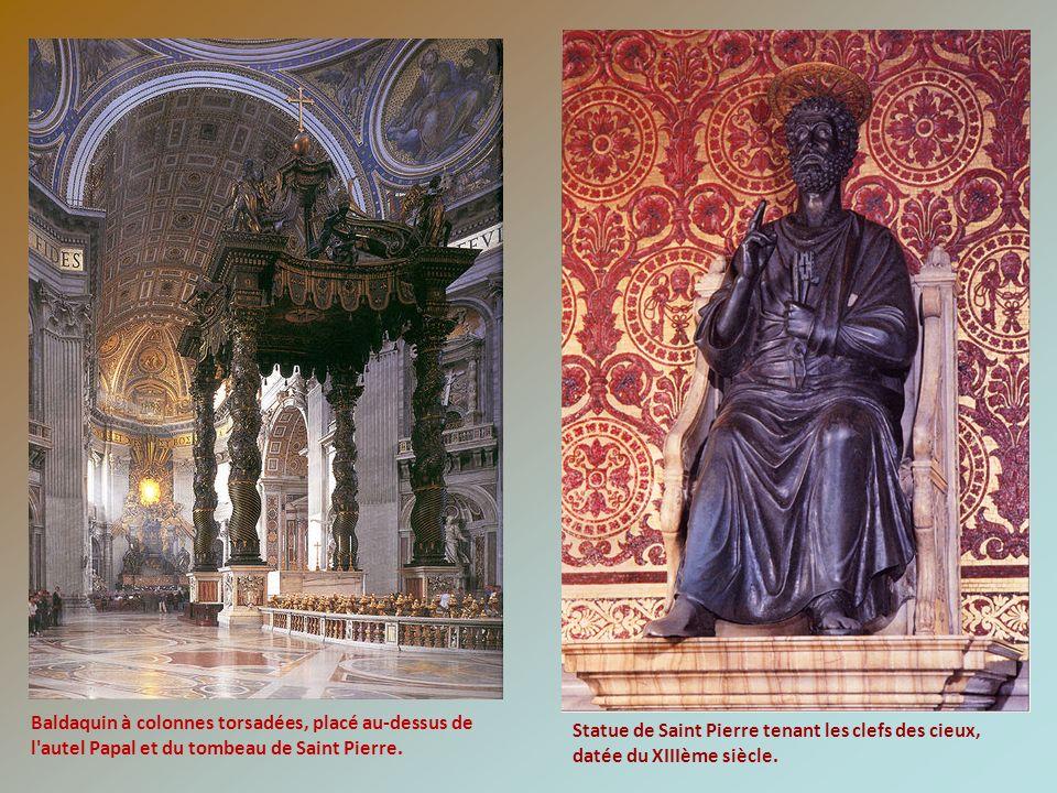 Baldaquin à colonnes torsadées, placé au-dessus de l autel Papal et du tombeau de Saint Pierre.