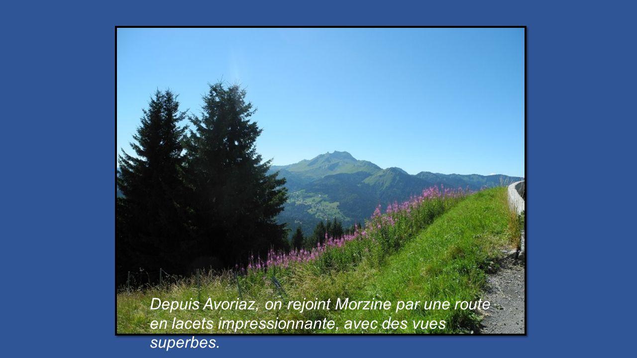 Depuis Avoriaz, on rejoint Morzine par une route en lacets impressionnante, avec des vues superbes.