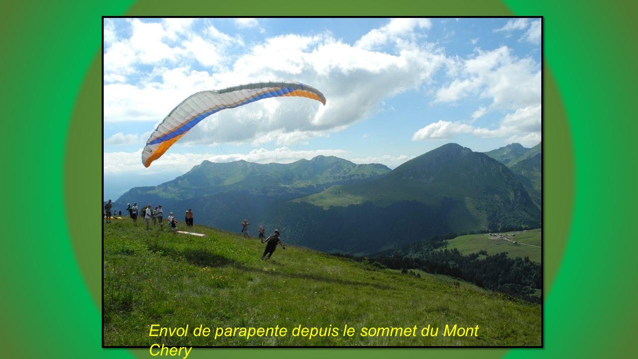 Envol de parapente depuis le sommet du Mont Chery
