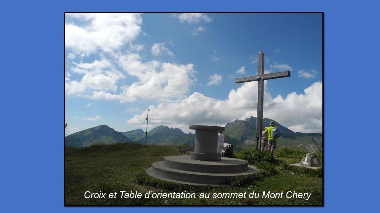 Croix et Table d'orientation au sommet du Mont Chery