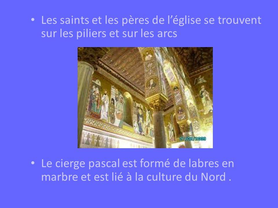 Les saints et les pères de l'église se trouvent sur les piliers et sur les arcs