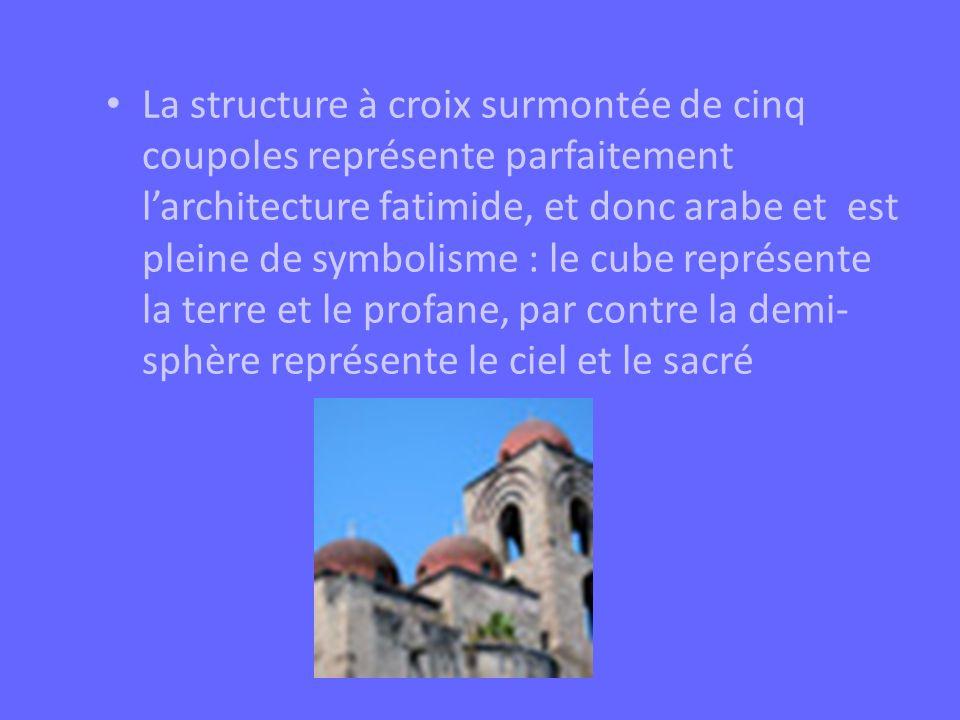 La structure à croix surmontée de cinq coupoles représente parfaitement l'architecture fatimide, et donc arabe et est pleine de symbolisme : le cube représente la terre et le profane, par contre la demi-sphère représente le ciel et le sacré