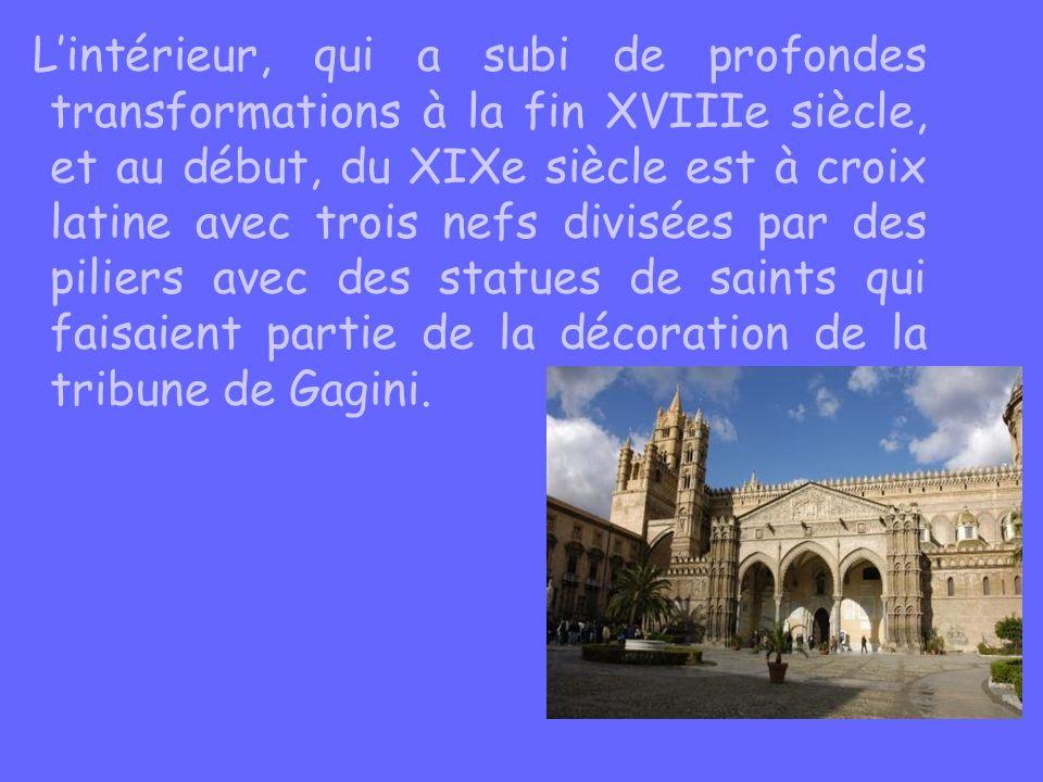 L'intérieur, qui a subi de profondes transformations à la fin XVIIIe siècle, et au début, du XIXe siècle est à croix latine avec trois nefs divisées par des piliers avec des statues de saints qui faisaient partie de la décoration de la tribune de Gagini.
