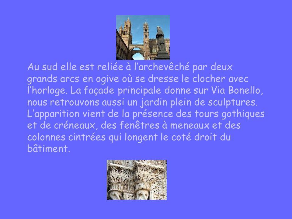 Au sud elle est reliée à l'archevêché par deux grands arcs en ogive où se dresse le clocher avec l'horloge. La façade principale donne sur Via Bonello, nous retrouvons aussi un jardin plein de sculptures.