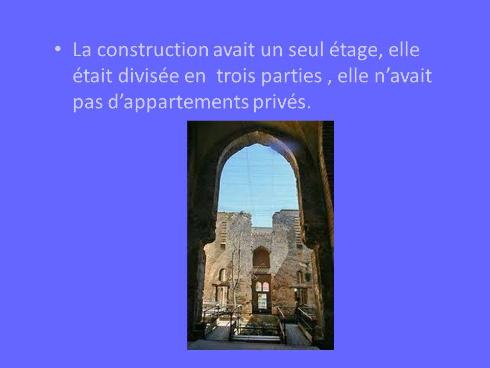 La construction avait un seul étage, elle était divisée en trois parties , elle n'avait pas d'appartements privés.