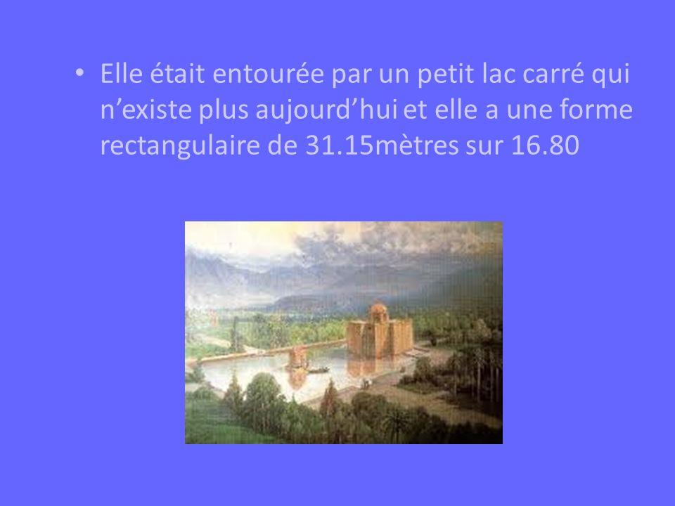 Elle était entourée par un petit lac carré qui n'existe plus aujourd'hui et elle a une forme rectangulaire de 31.15mètres sur 16.80