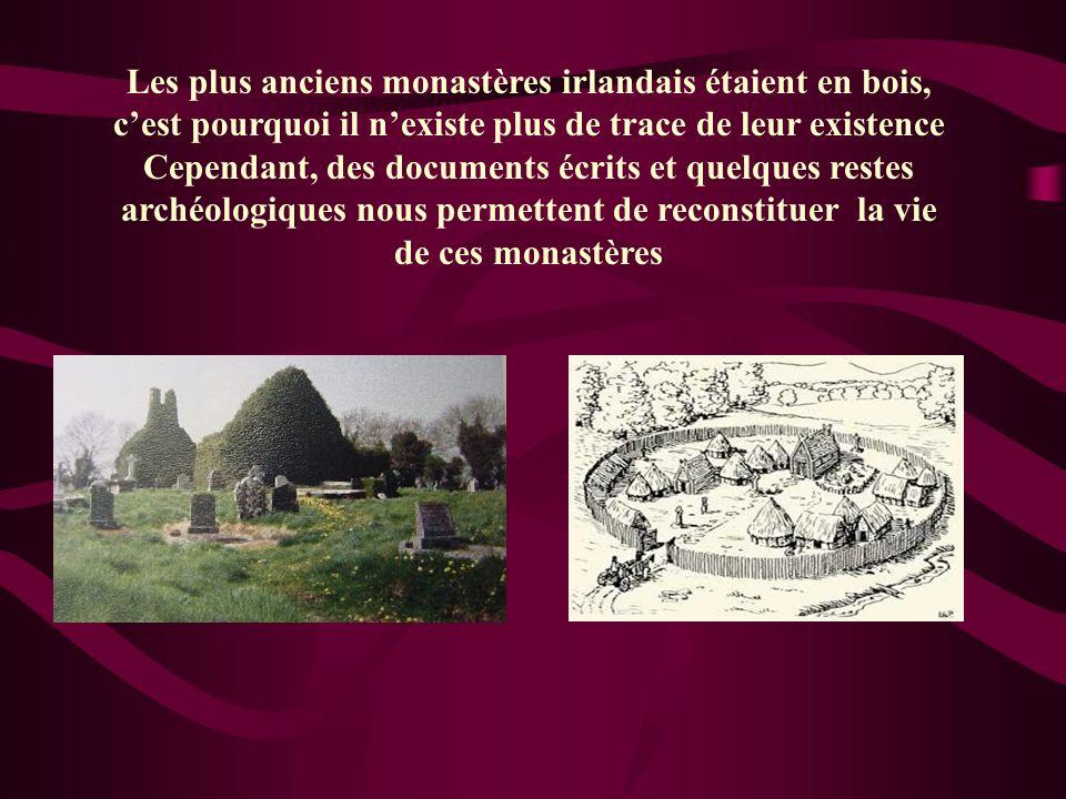 Les plus anciens monastères irlandais étaient en bois, c'est pourquoi il n'existe plus de trace de leur existence Cependant, des documents écrits et quelques restes archéologiques nous permettent de reconstituer la vie de ces monastères