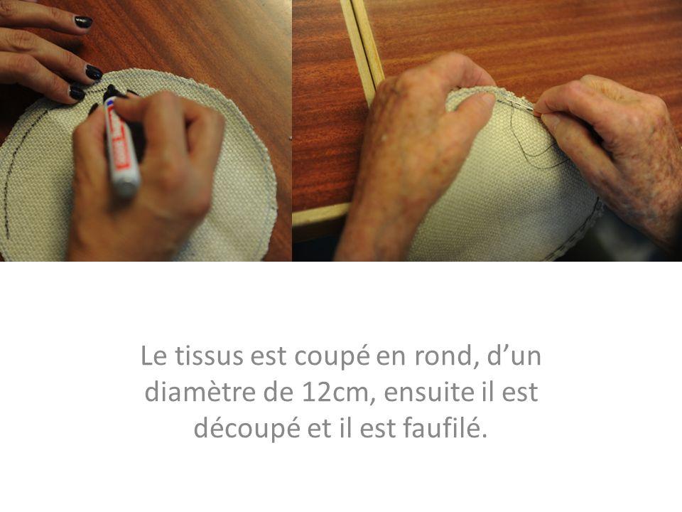 Le tissus est coupé en rond, d'un diamètre de 12cm, ensuite il est découpé et il est faufilé.