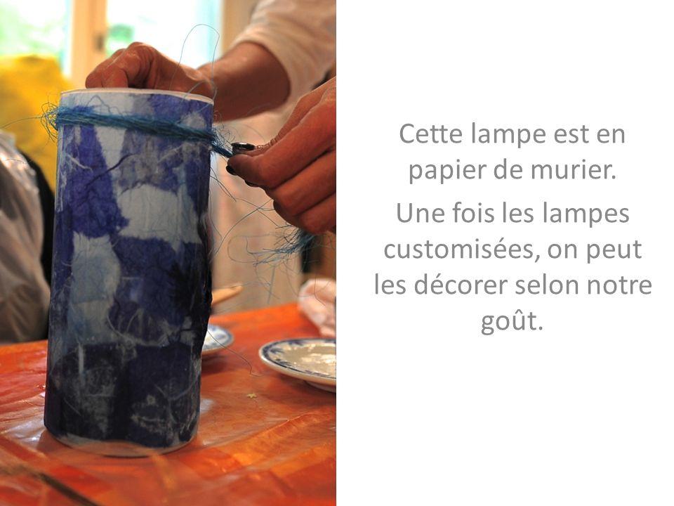 Cette lampe est en papier de murier.
