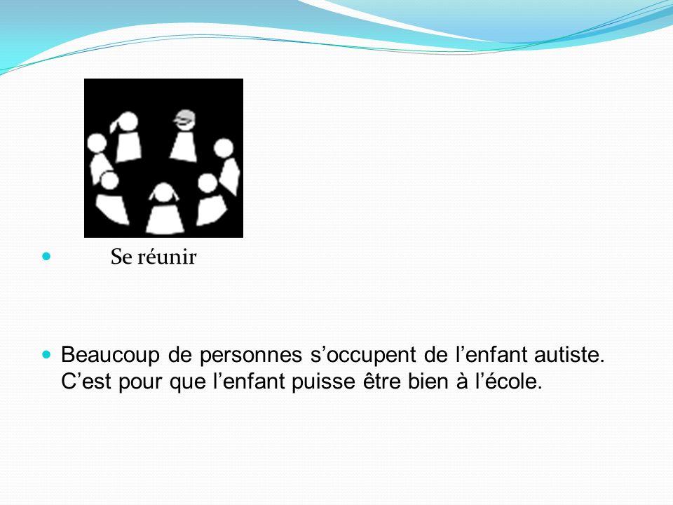 Se réunir Beaucoup de personnes s'occupent de l'enfant autiste.