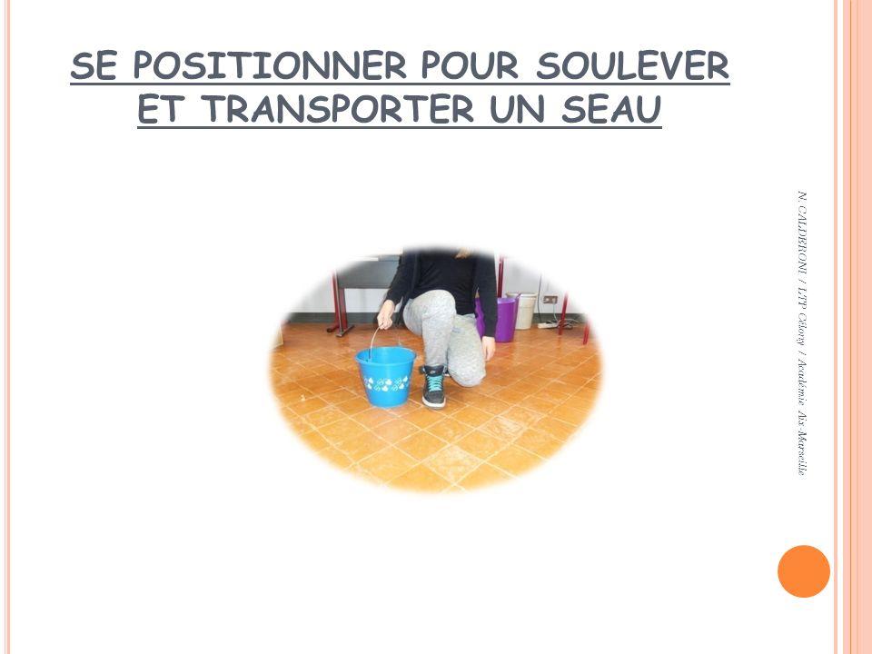 SE POSITIONNER POUR SOULEVER ET TRANSPORTER UN SEAU