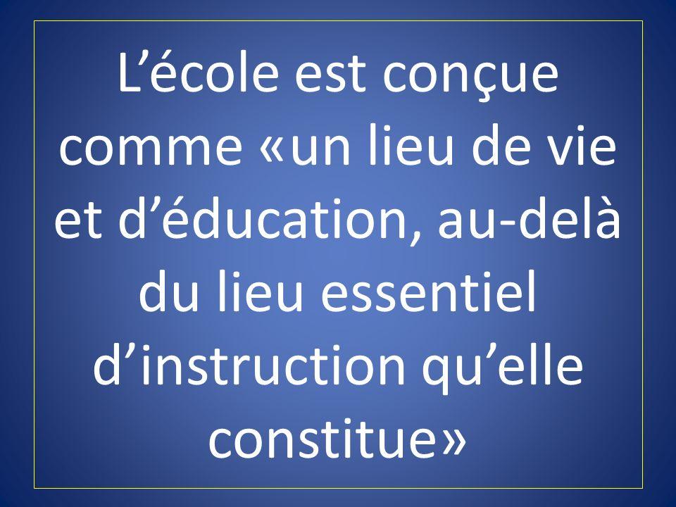 L'école est conçue comme «un lieu de vie et d'éducation, au-delà du lieu essentiel d'instruction qu'elle constitue»