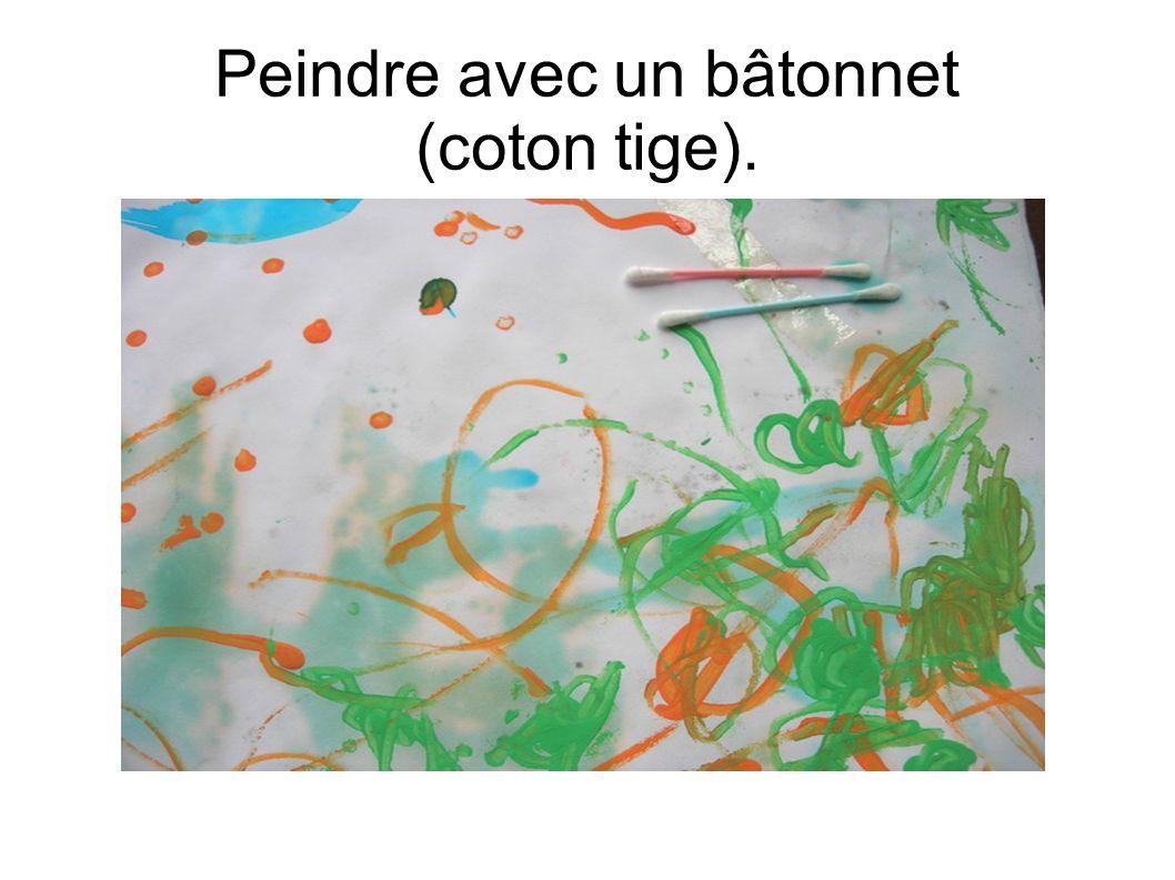 Peindre avec un bâtonnet (coton tige).