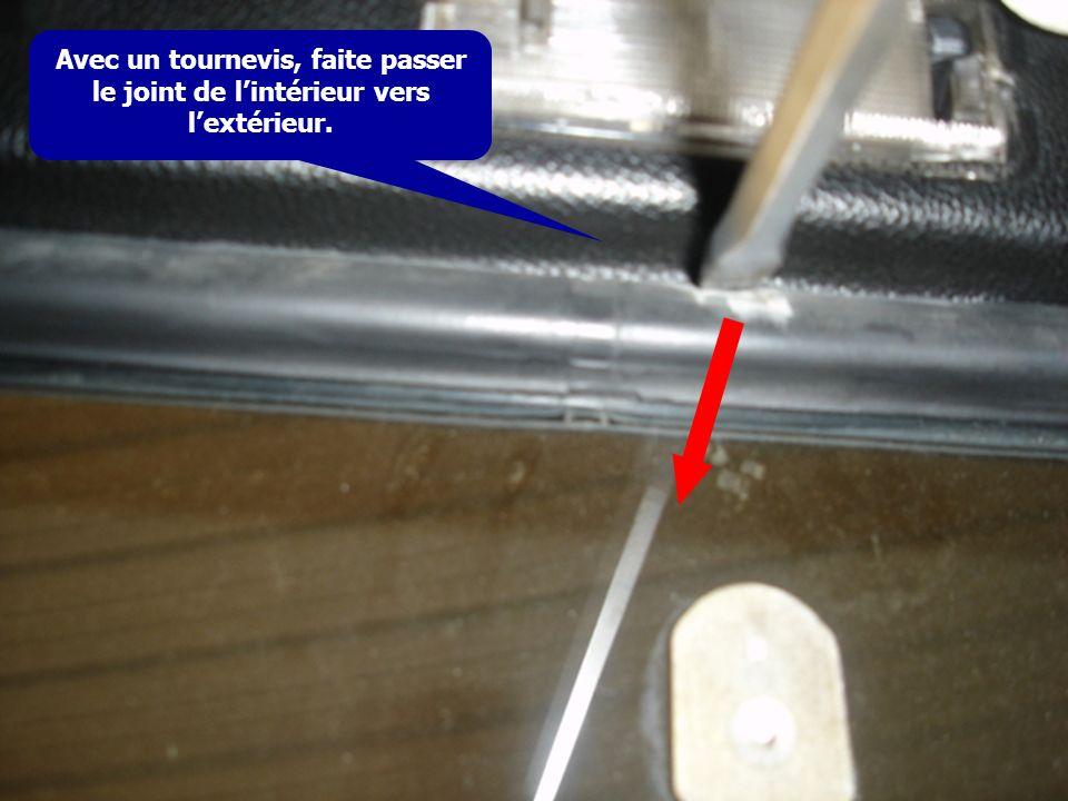 Avec un tournevis, faite passer le joint de l'intérieur vers l'extérieur.