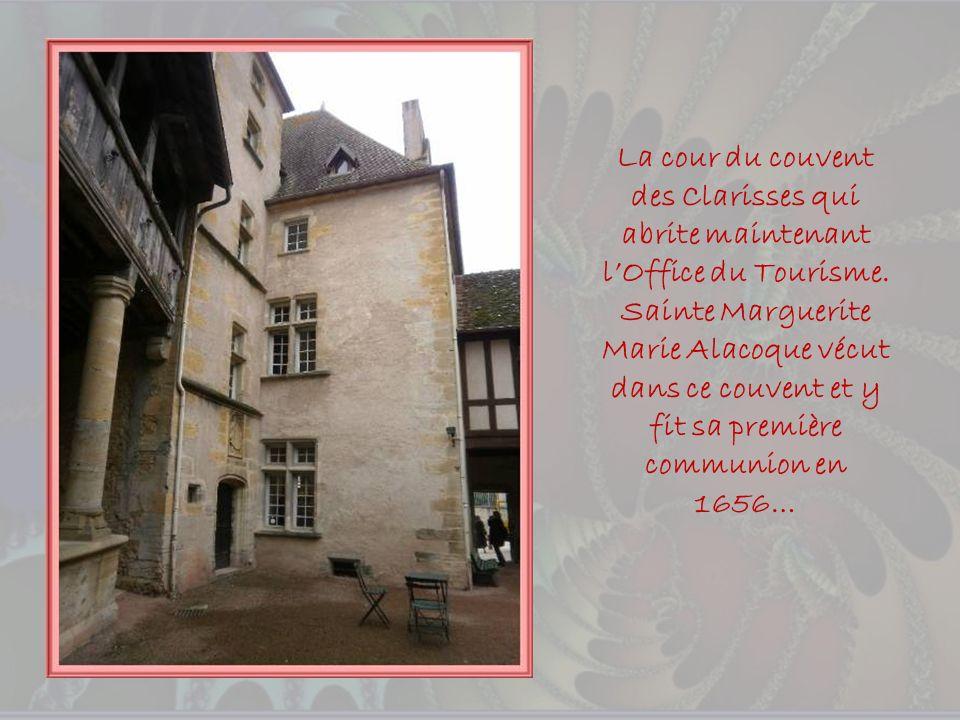 La cour du couvent des Clarisses qui abrite maintenant l'Office du Tourisme.