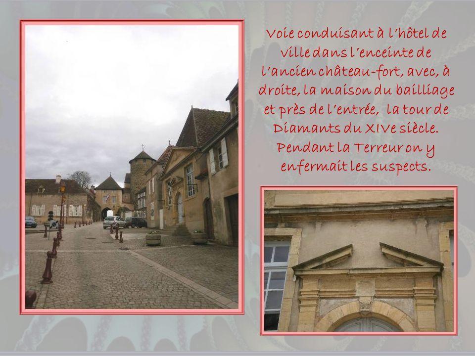 Voie conduisant à l'hôtel de ville dans l'enceinte de l'ancien château-fort, avec, à droite, la maison du bailliage et près de l'entrée, la tour de Diamants du XIVe siècle.