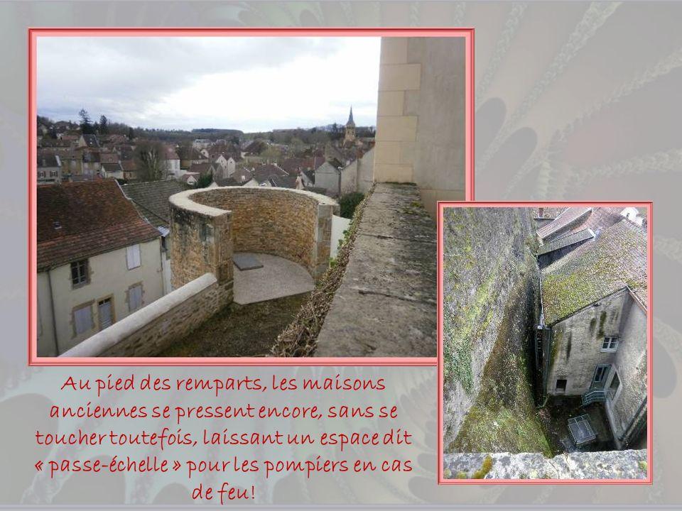 Au pied des remparts, les maisons anciennes se pressent encore, sans se toucher toutefois, laissant un espace dit « passe-échelle » pour les pompiers en cas de feu!