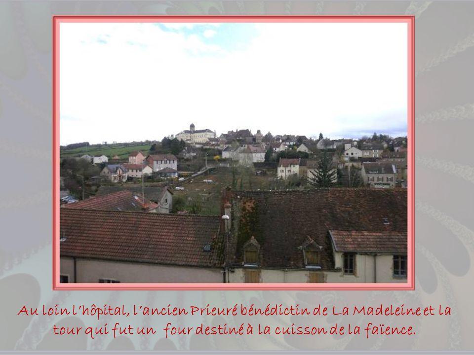 Au loin l'hôpital, l'ancien Prieuré bénédictin de La Madeleine et la tour qui fut un four destiné à la cuisson de la faïence.