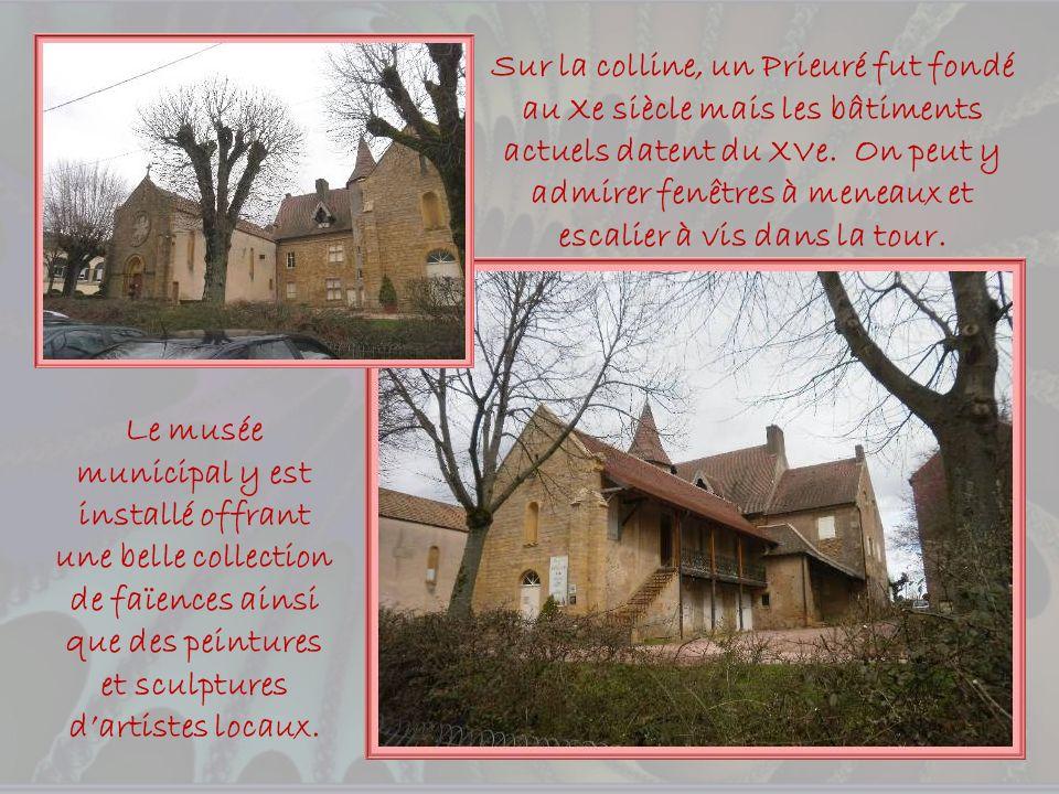 Sur la colline, un Prieuré fut fondé au Xe siècle mais les bâtiments actuels datent du XVe. On peut y admirer fenêtres à meneaux et escalier à vis dans la tour.