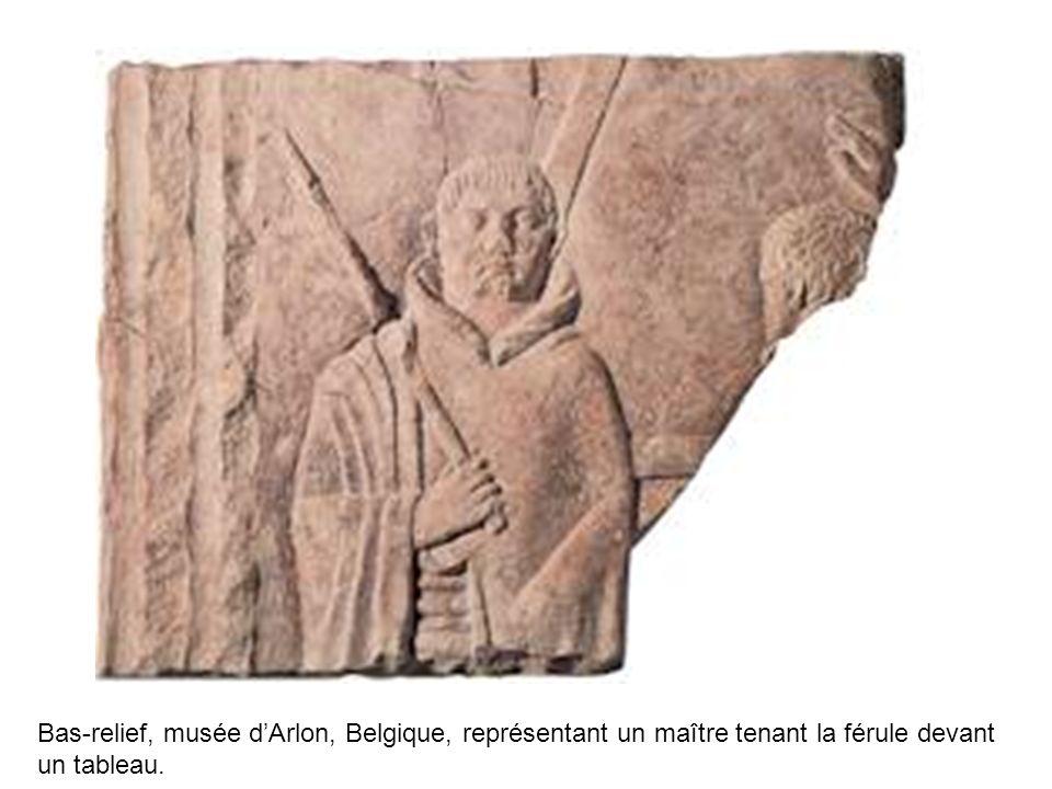 Bas-relief, musée d'Arlon, Belgique, représentant un maître tenant la férule devant un tableau.