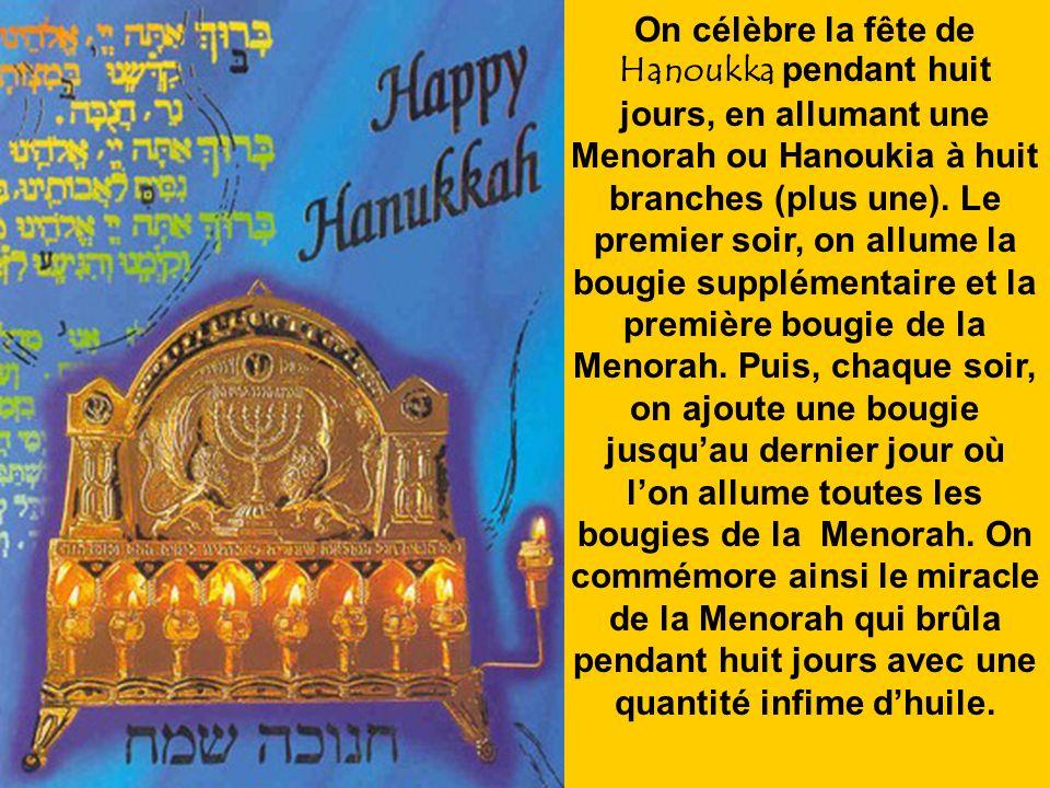 On célèbre la fête de Hanoukka pendant huit jours, en allumant une Menorah ou Hanoukia à huit branches (plus une).