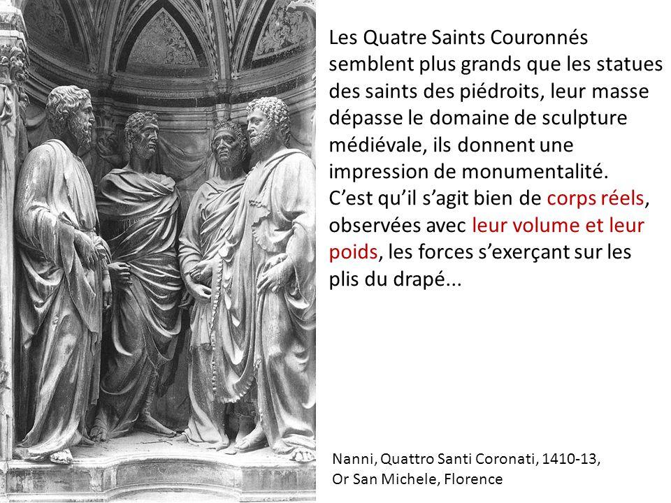 Les Quatre Saints Couronnés semblent plus grands que les statues des saints des piédroits, leur masse dépasse le domaine de sculpture médiévale, ils donnent une impression de monumentalité. C'est qu'il s'agit bien de corps réels, observées avec leur volume et leur poids, les forces s'exerçant sur les plis du drapé...