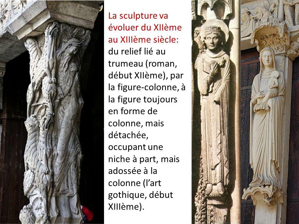 La sculpture va évoluer du XIIème au XIIIème siècle: du relief lié au trumeau (roman, début XIIème), par la figure-colonne, à la figure toujours en forme de colonne, mais détachée, occupant une niche à part, mais adossée à la colonne (l'art gothique, début XIIIème).