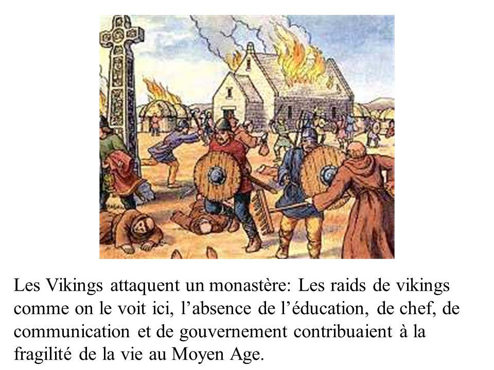 Les Vikings attaquent un monastère: Les raids de vikings comme on le voit ici, l'absence de l'éducation, de chef, de communication et de gouvernement contribuaient à la fragilité de la vie au Moyen Age.