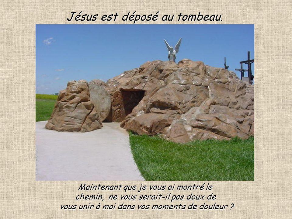 Jésus est déposé au tombeau.