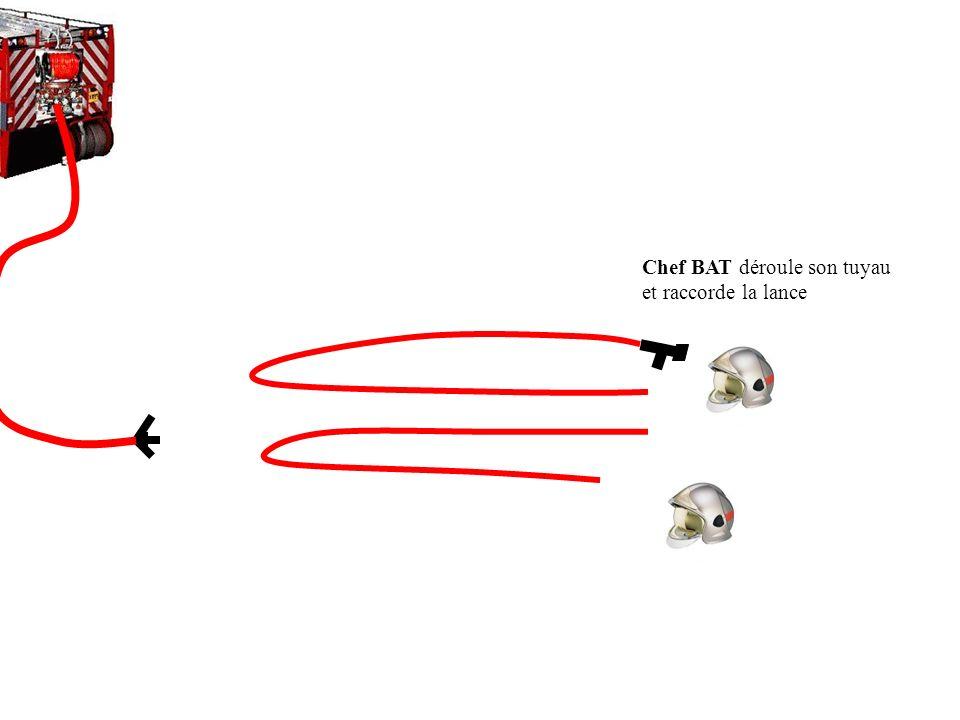 Chef BAT déroule son tuyau et raccorde la lance