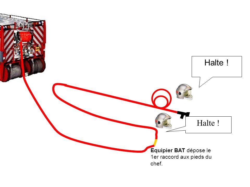 Halte ! Halte ! Equipier BAT dépose le 1er raccord aux pieds du chef.