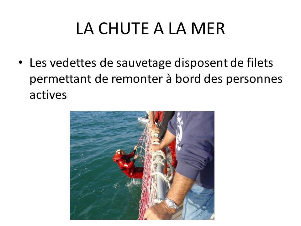 LA CHUTE A LA MER Les vedettes de sauvetage disposent de filets permettant de remonter à bord des personnes actives.