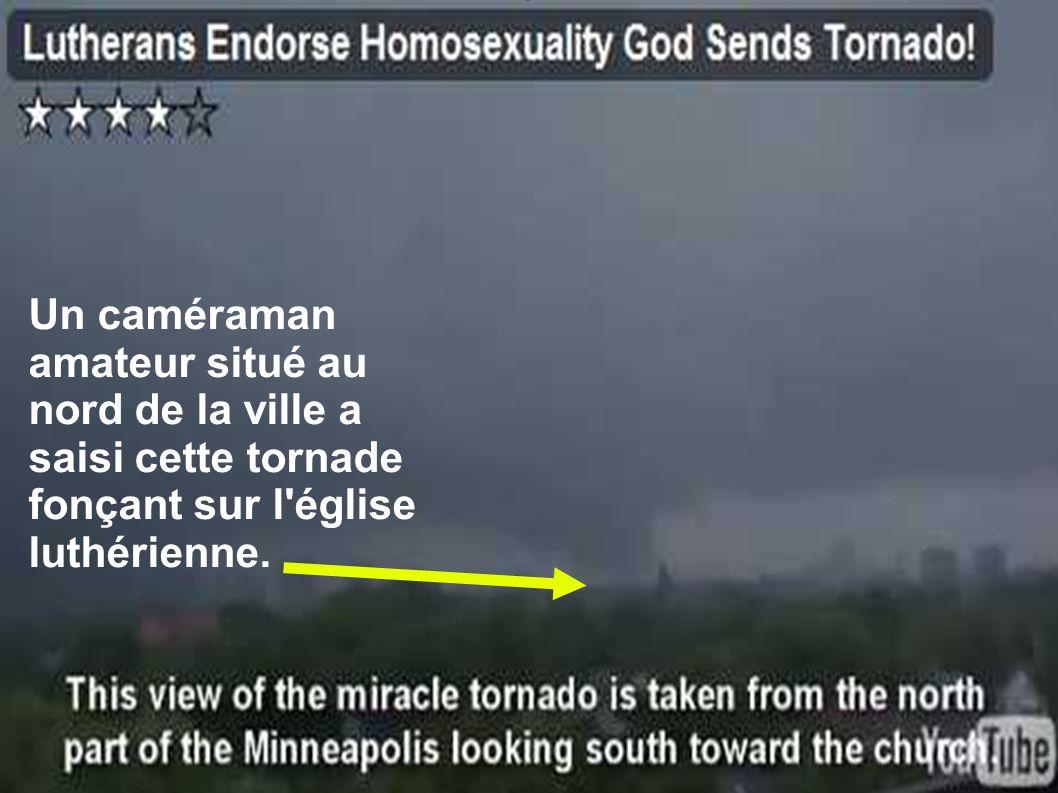 Un caméraman amateur situé au nord de la ville a saisi cette tornade fonçant sur l église luthérienne.