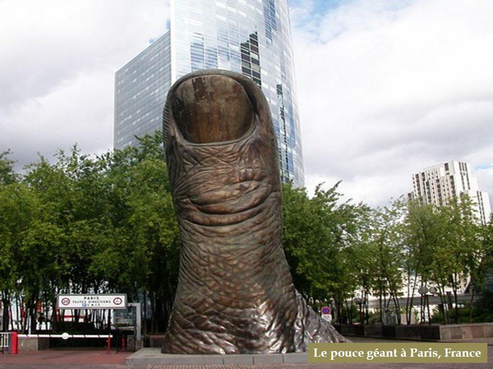 Le pouce géant à Paris, France