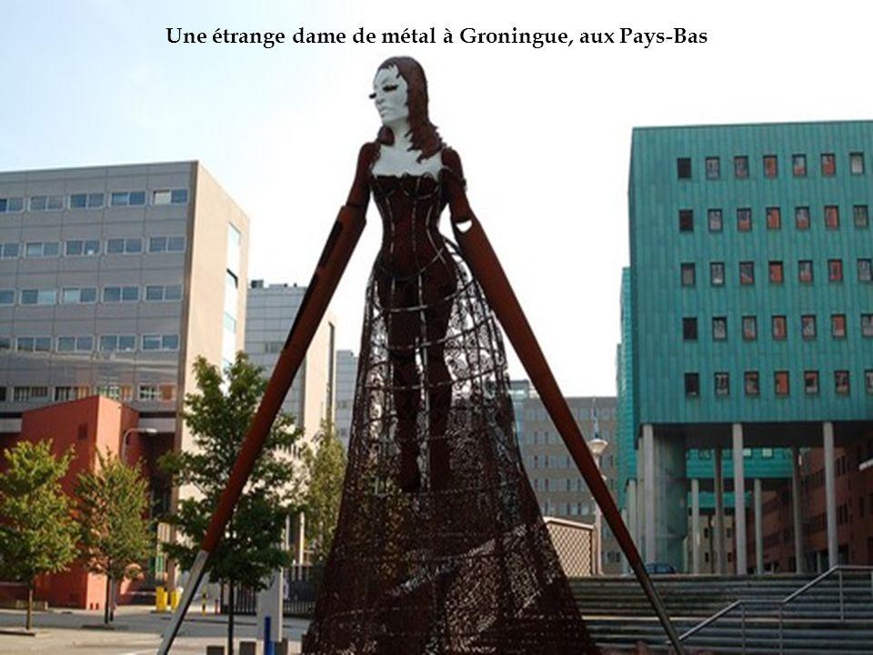 Une étrange dame de métal à Groningue, aux Pays-Bas