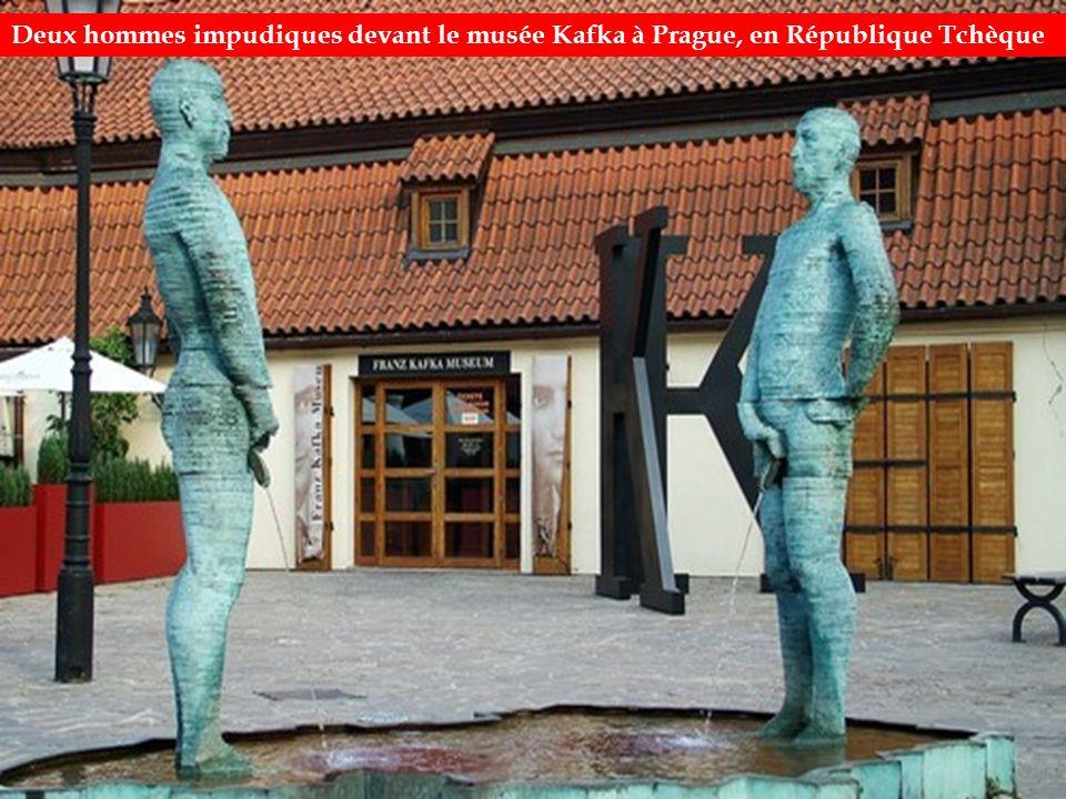 Deux hommes impudiques devant le musée Kafka à Prague, en République Tchèque