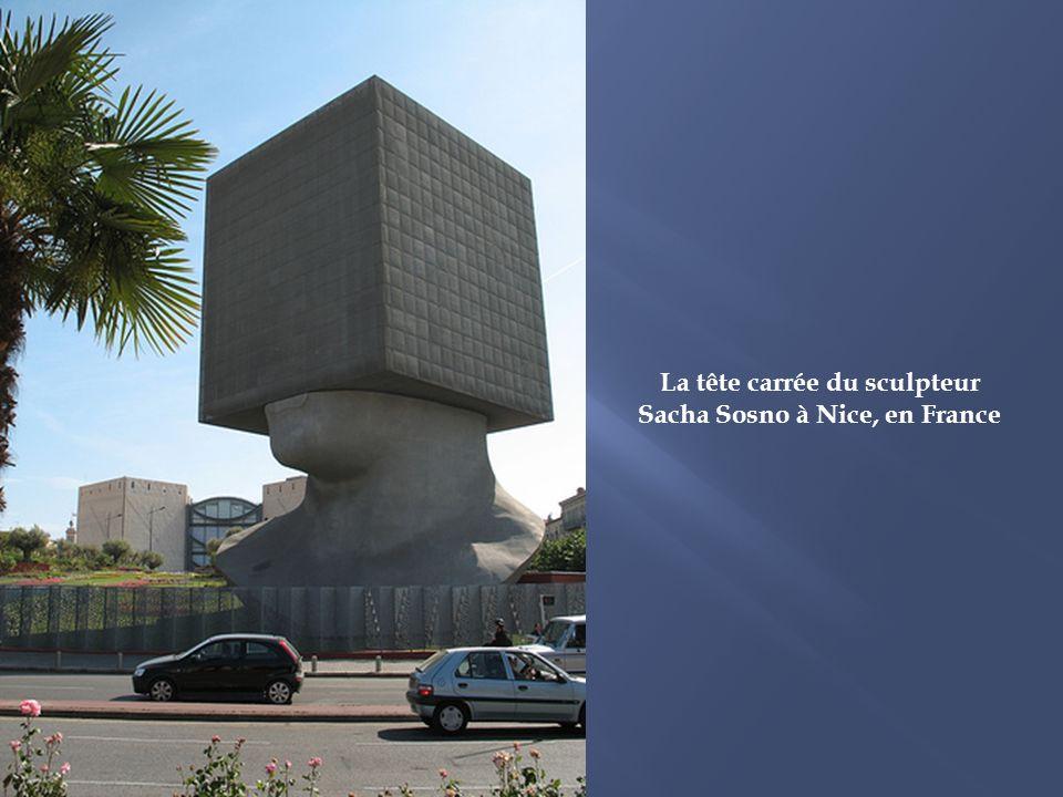 La tête carrée du sculpteur Sacha Sosno à Nice, en France