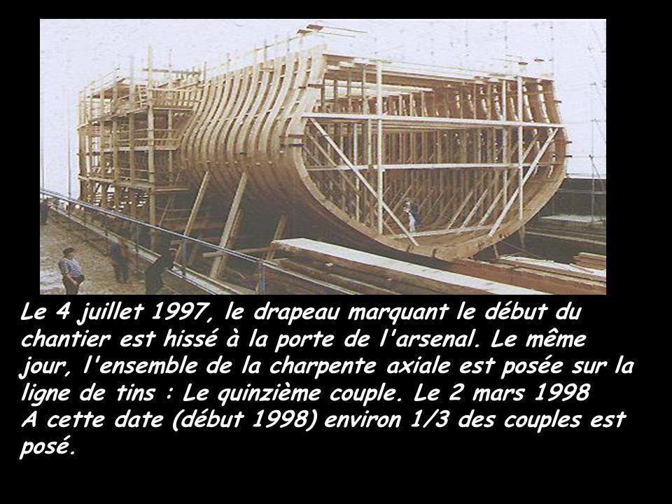 Le 4 juillet 1997, le drapeau marquant le début du chantier est hissé à la porte de l arsenal. Le même jour, l ensemble de la charpente axiale est posée sur la ligne de tins : Le quinzième couple. Le 2 mars 1998