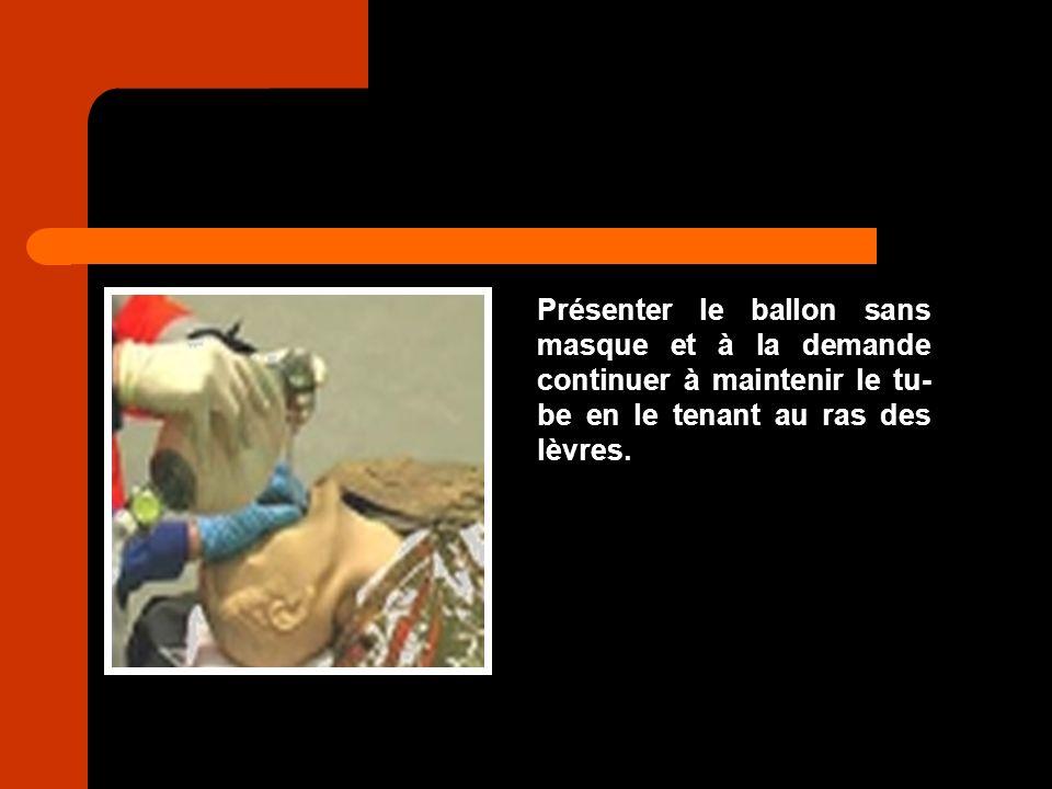 Présenter le ballon sans masque et à la demande continuer à maintenir le tu-be en le tenant au ras des lèvres.