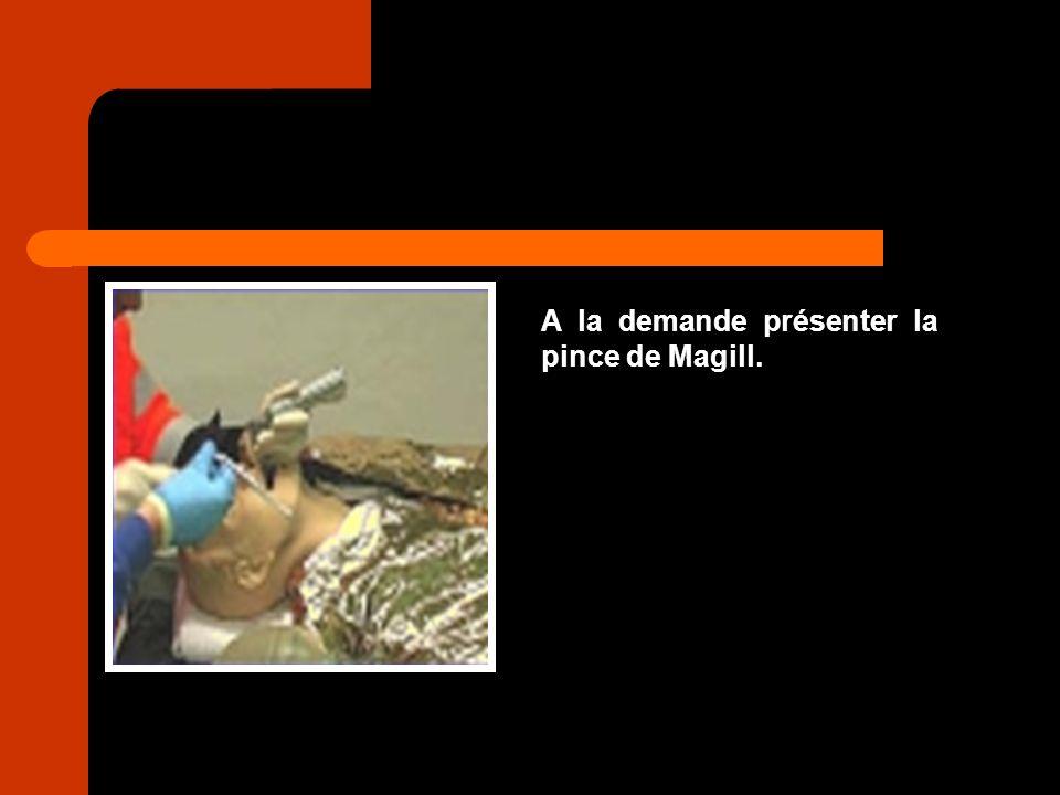 A la demande présenter la pince de Magill.